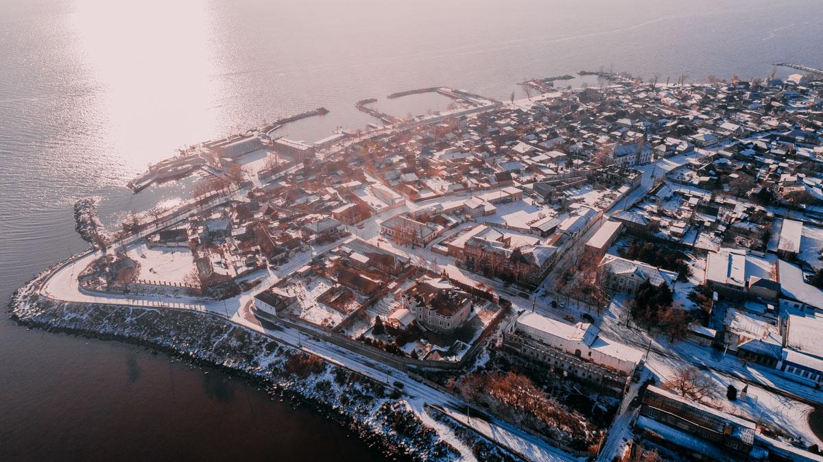 Зимний город в лучах солнца