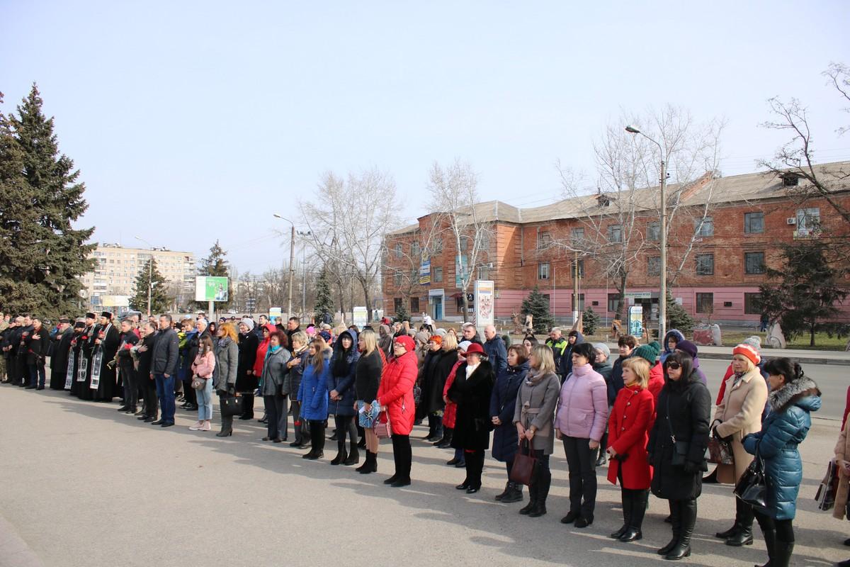 У мемориала «Защитник Украины» собрались полсотни неравнодушных людей