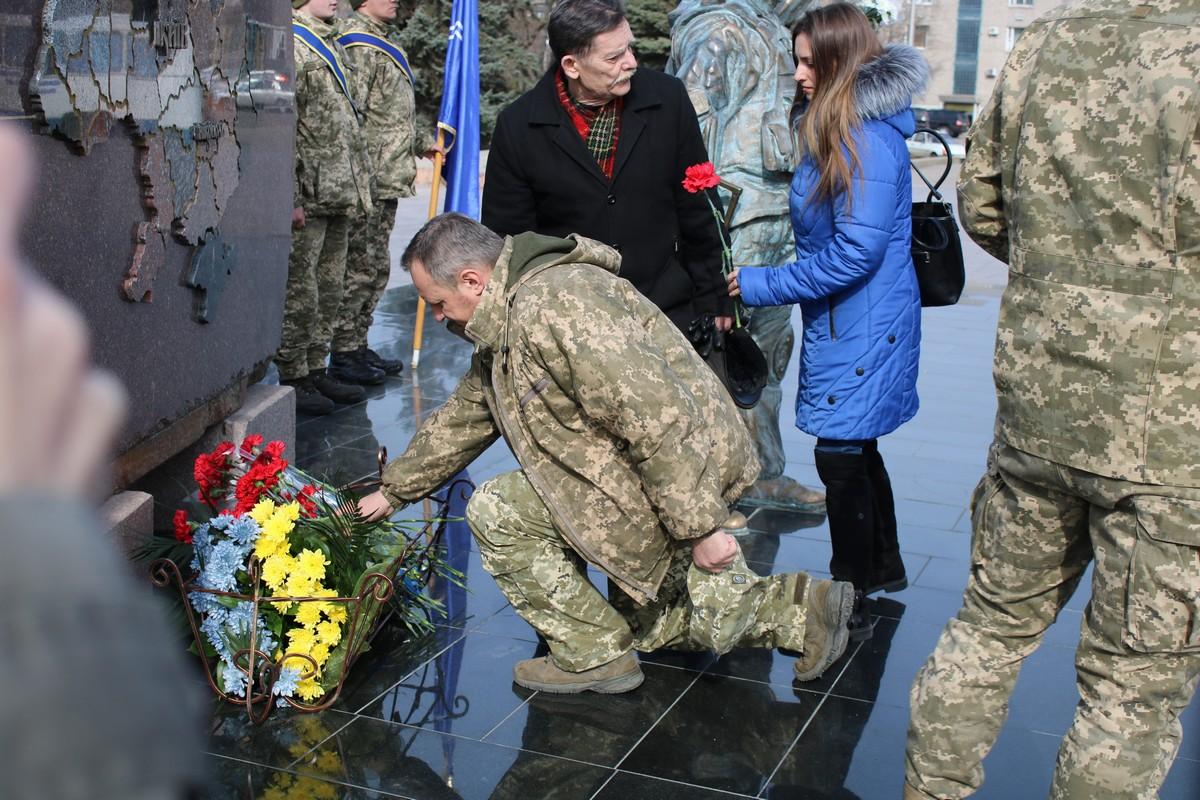 К мемориалу «Защитник Украины» люди возложили цветы