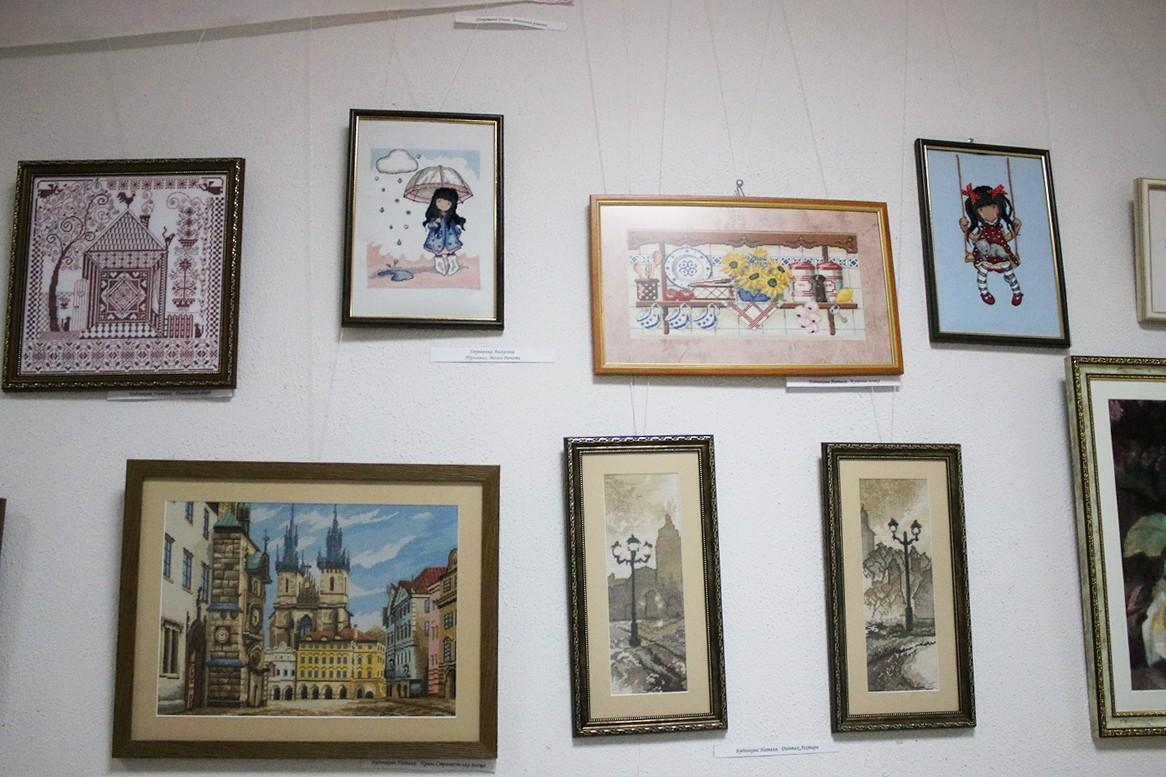 60 женщин и 2 мужчин представили свои работы на выставке