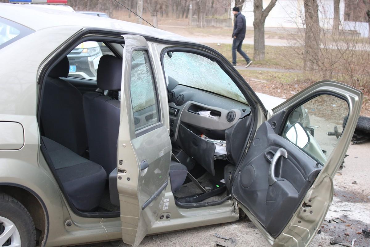 Renault Logan снес дерево и врезался в BMW