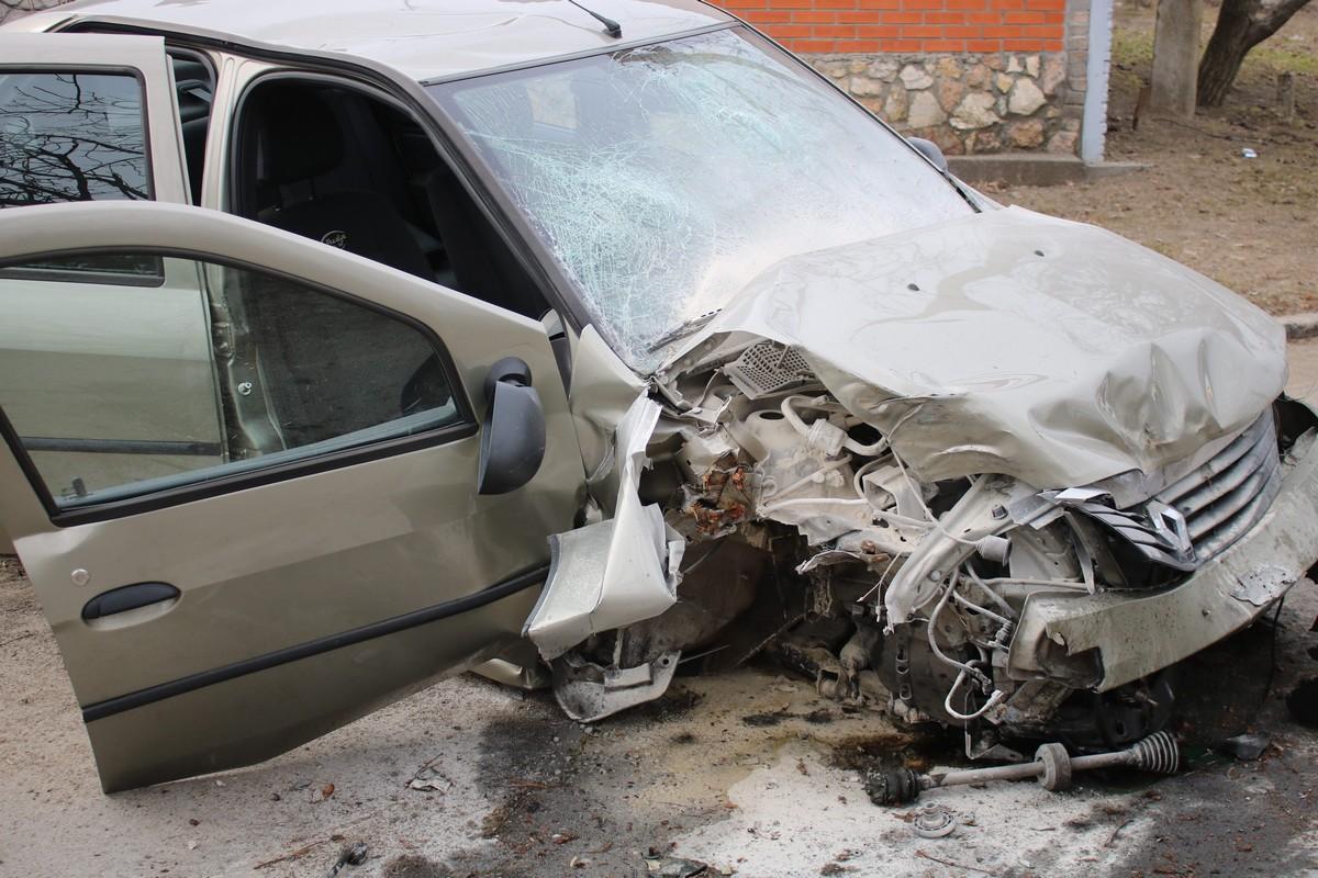 От удара у автомобиля Renault Logan вырвало колесо