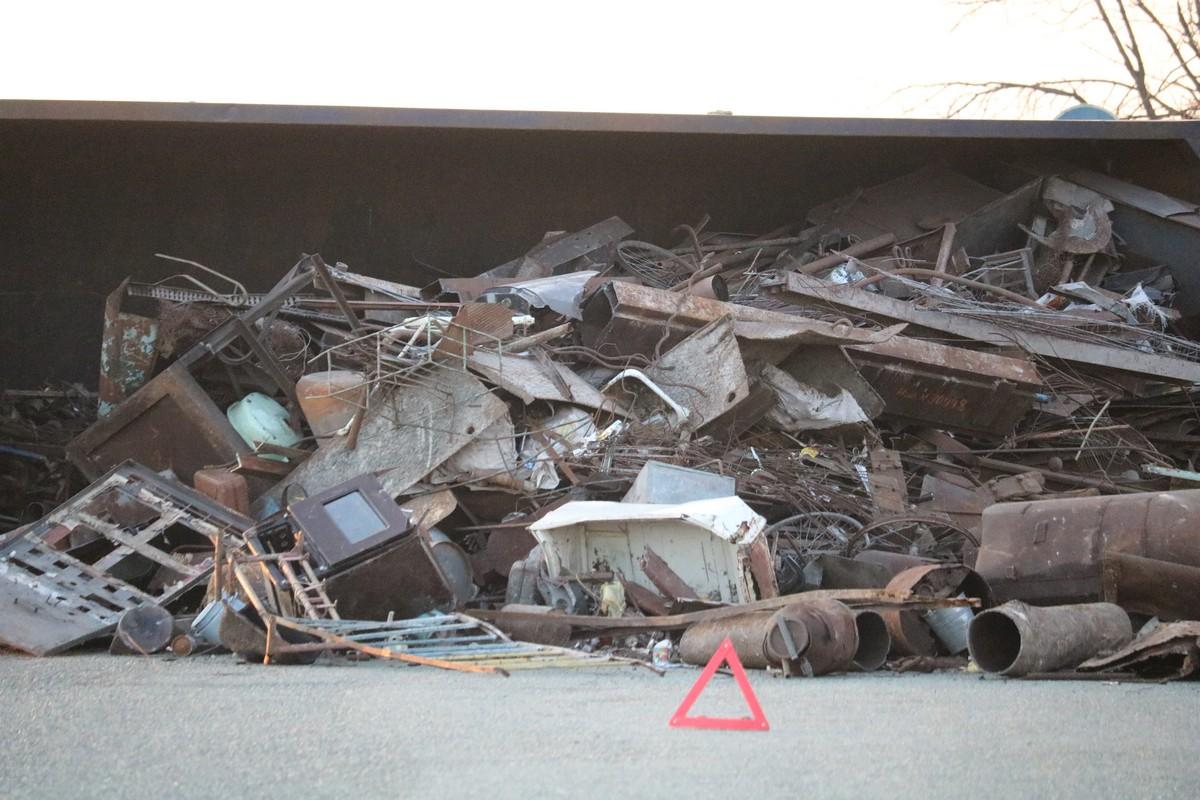 Металлолом высыпался на дорогу