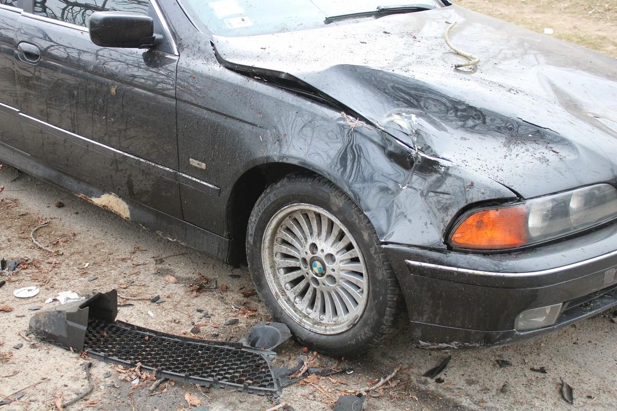 У BMW помято крыло и капот