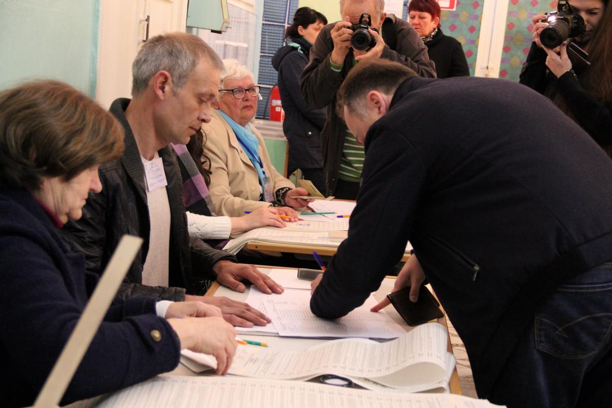 Мэр Никополя Андрей Фисак проголосовал на избирательном участке в школе № 25