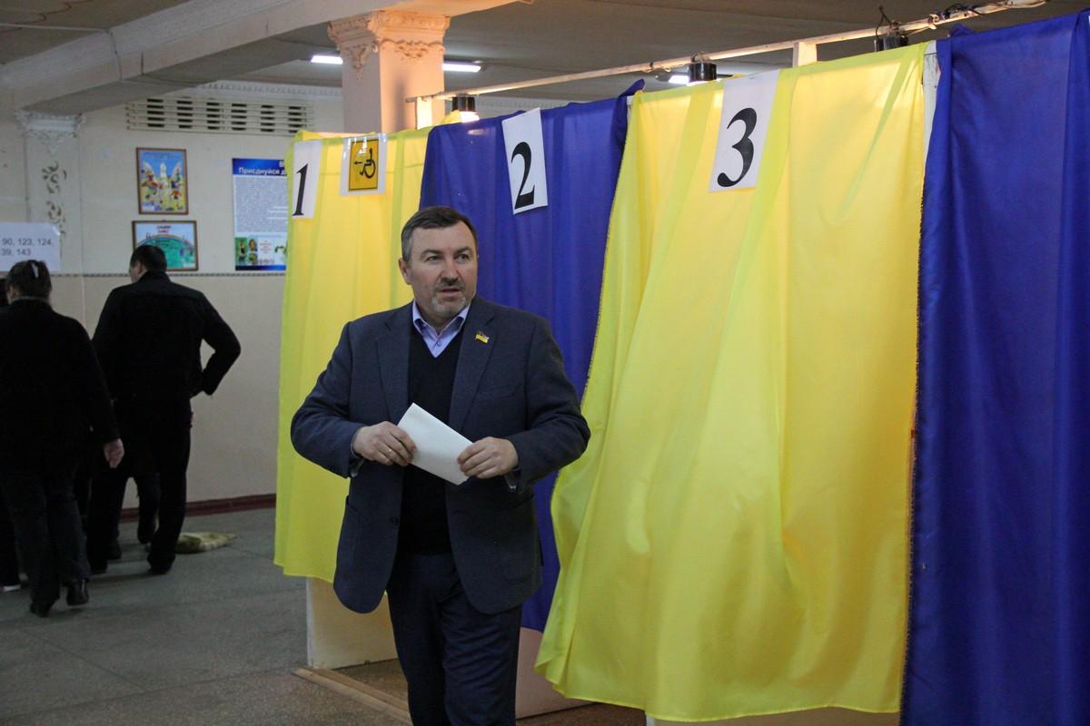 Депутат Андрей Шипко на избирательном участке