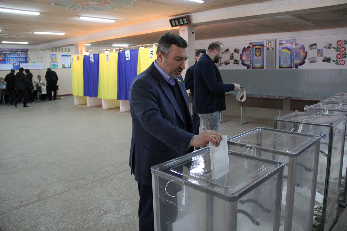 Депутат Андрей Шипко на избирательном участке в школе №4