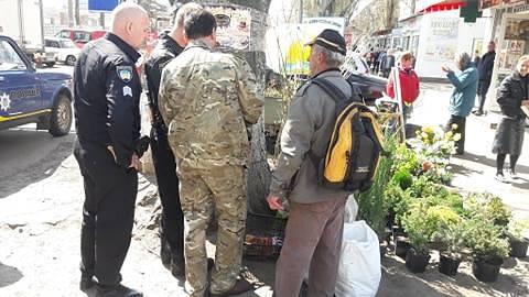 В Никополе на рынке мужчина продавал тухлых раков