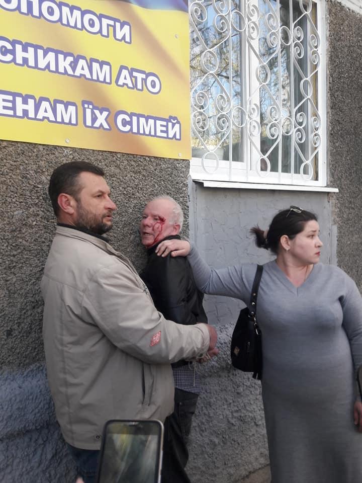 Мужчина разбил фотокамеру одному из журналистов