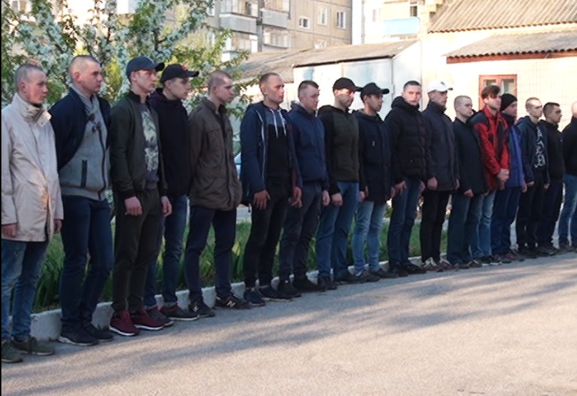 Из Никополя 23 новобранца отправились на срочную службу в воинские части