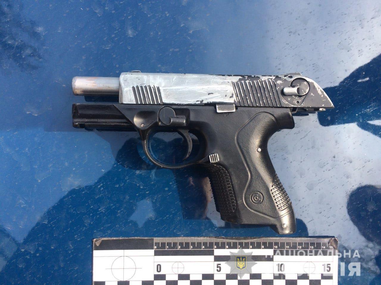 В Никополе на автобусной остановке полицейские изъяли у мужчины пистолет