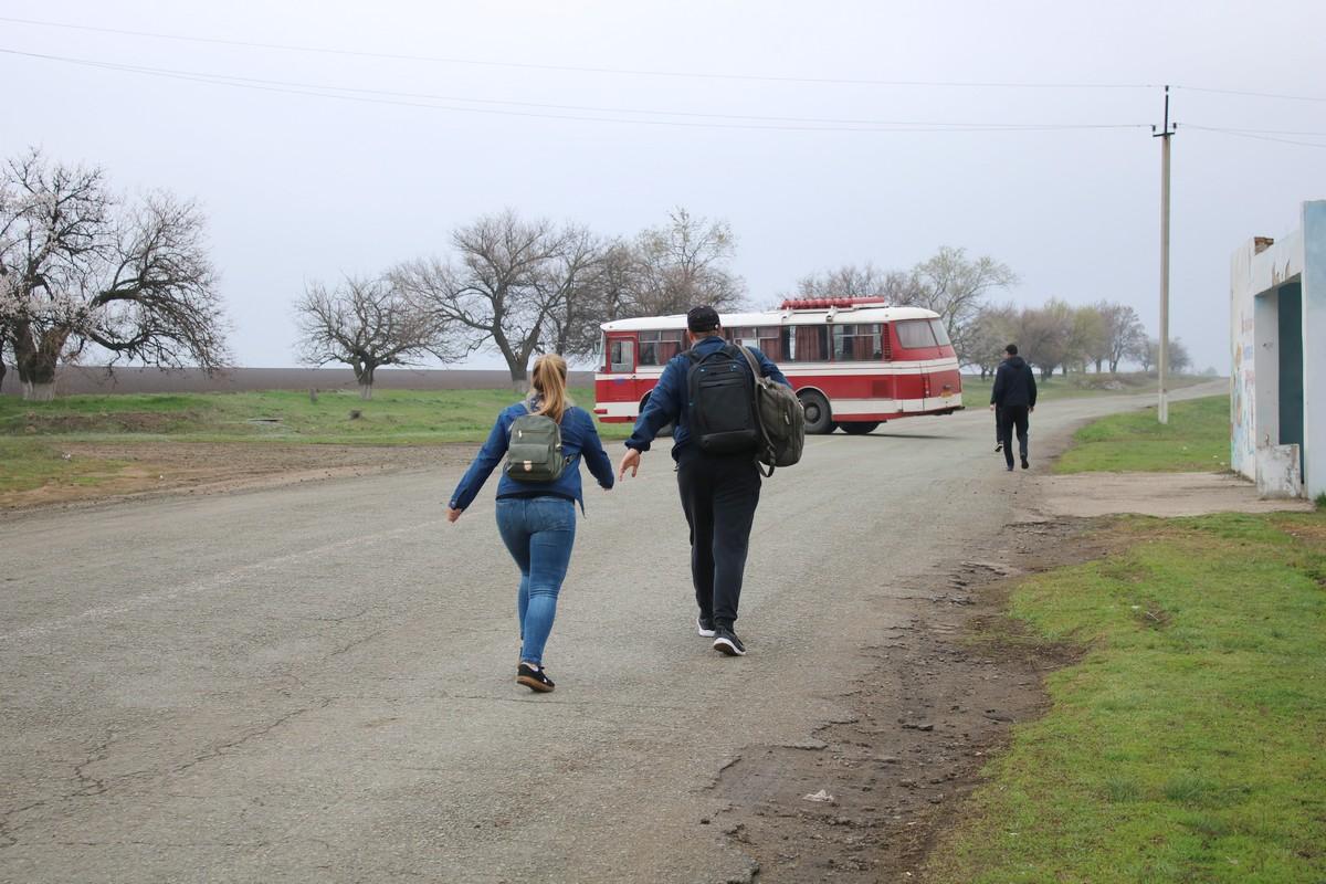 Пригородный автобус ожидал возле остановки