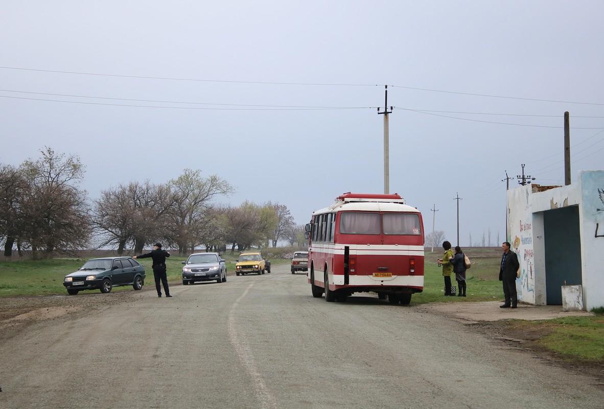Пригородный автобус в село не пустили. Возле остановки он ожидал пассажиров