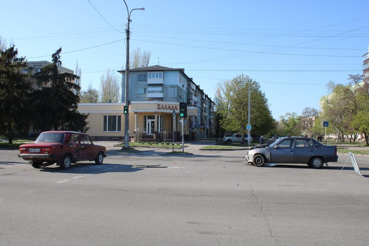 В Никополе на светофоре столкнулись Opel Kadett и ВАЗ-2101
