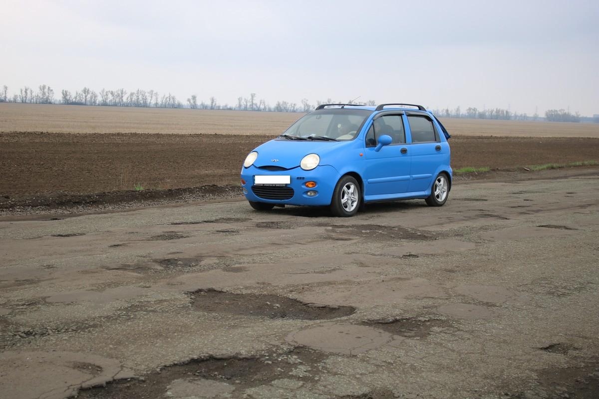 """Маленькие машины """"тонут"""" в ямах"""