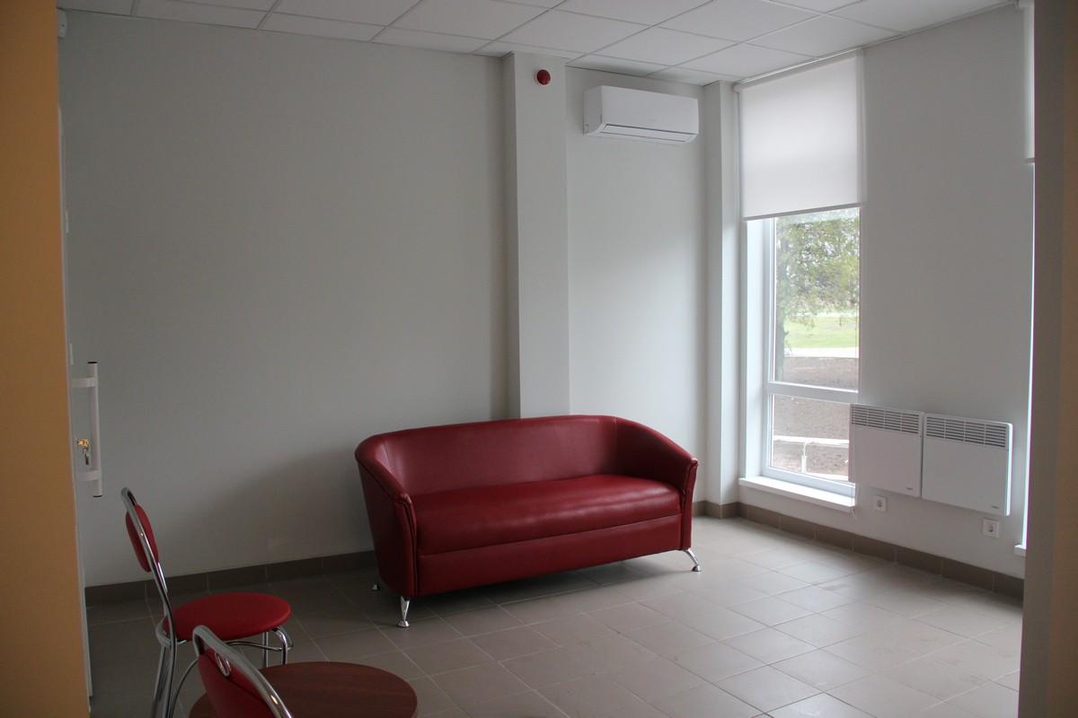 В холле амбулатории стильна мебель