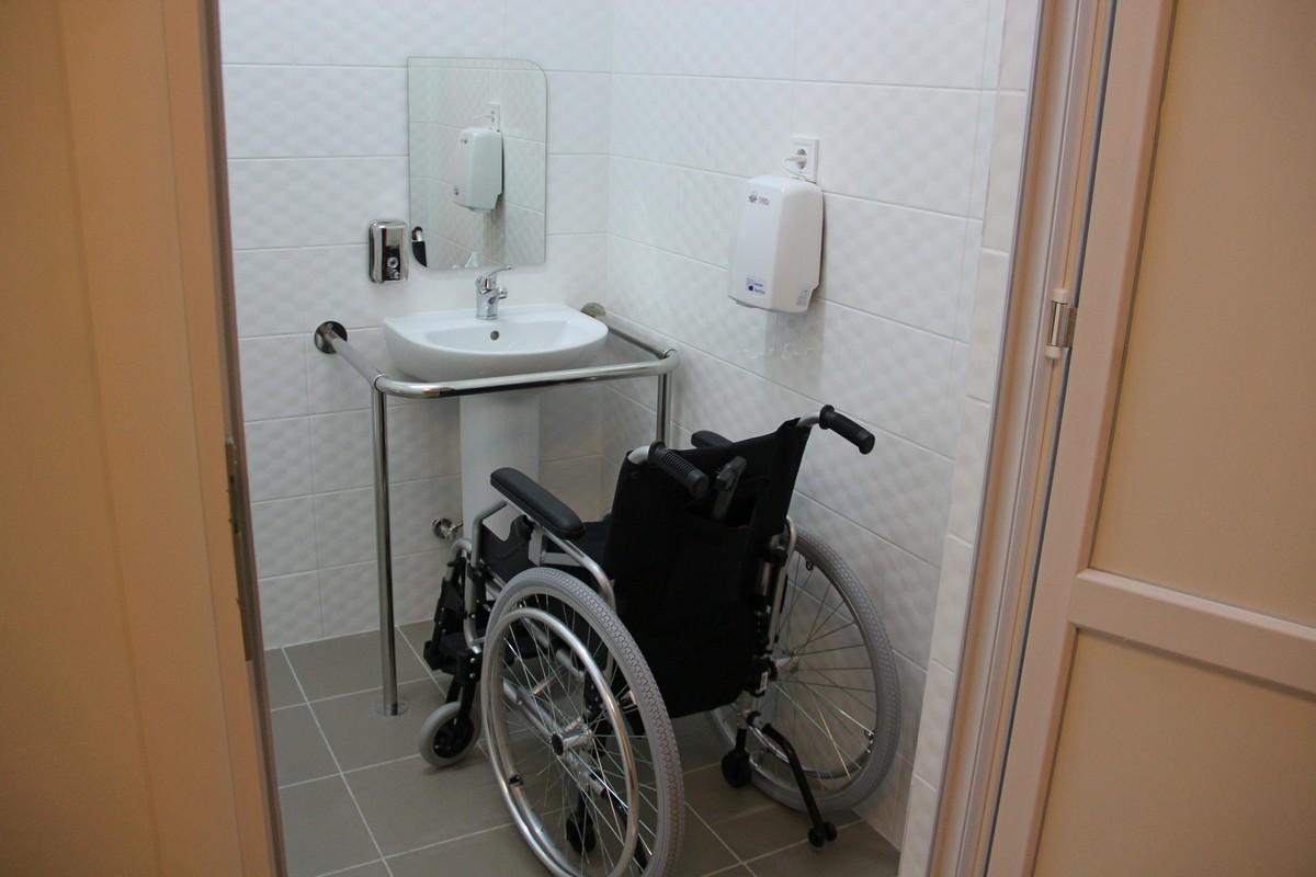 Санузел оборудован всем необходимым для людей с ограниченными возможностями