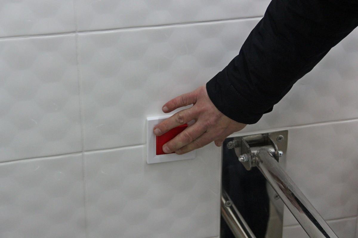 Сигнальная кнопка для вызова врача в туалетной комнате