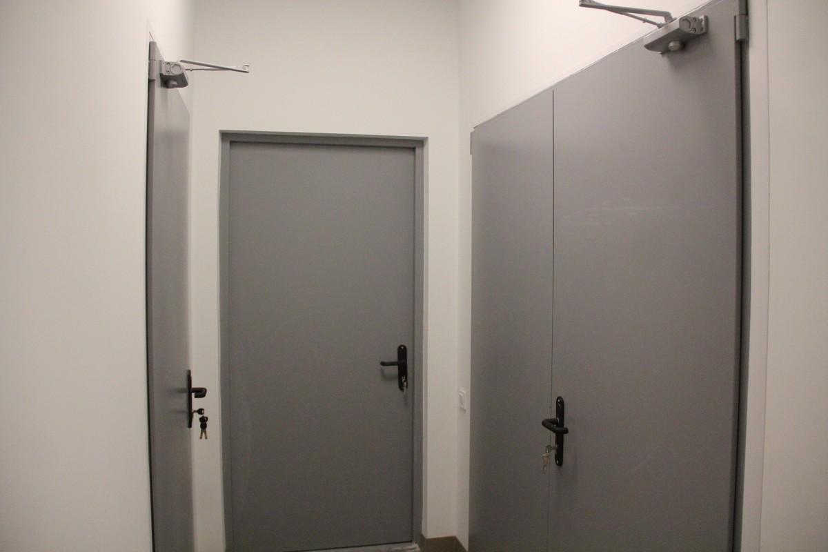 Двери в подсобные помещения и жилой блок