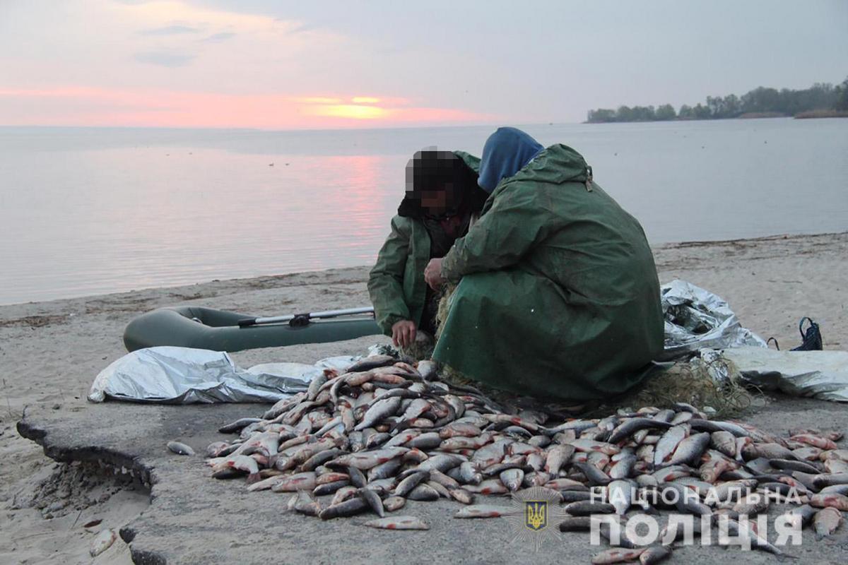В Энергодаре двое мужчин незаконно выловили плотву и карася