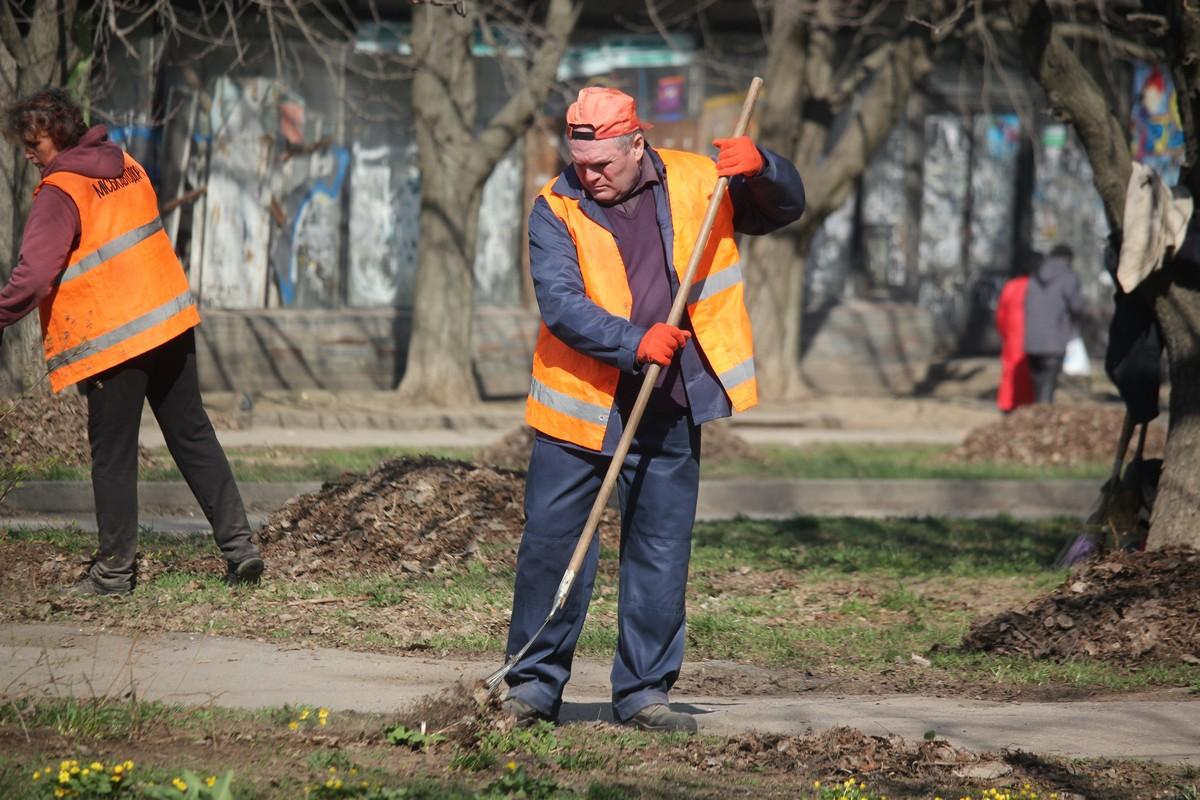 Коммунальщики убирают листву и чистят проезжую часть