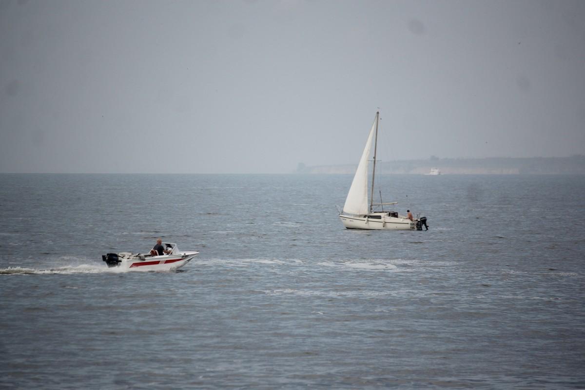 На воде очень оживленно: катер, яхта и моторная лодка в одном кадре