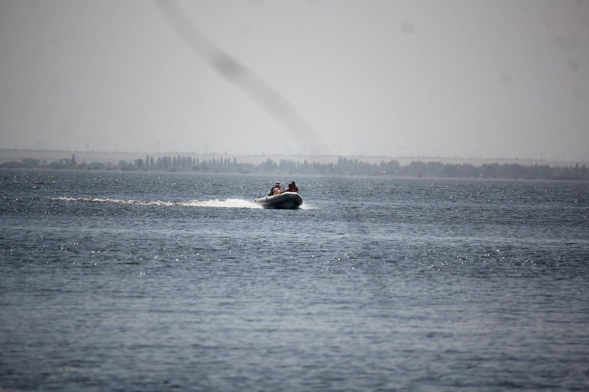 По рации вызвали спасателей на моторной лодке