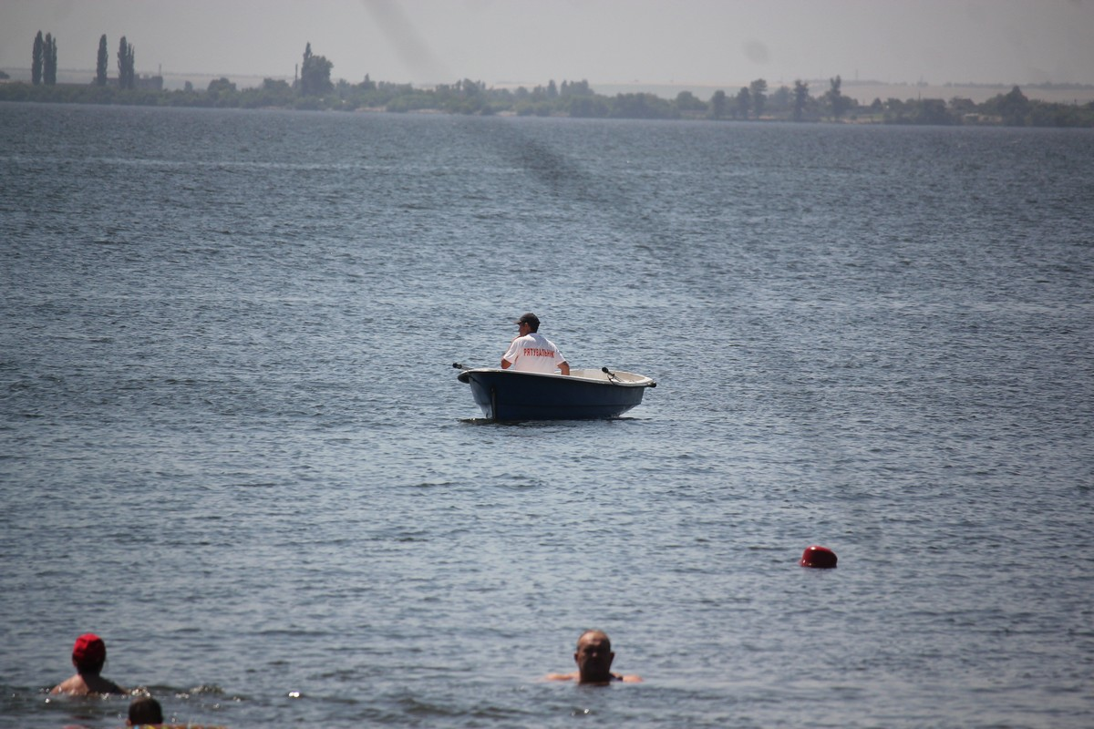 Спасатель дежурит вдоль береговой линии
