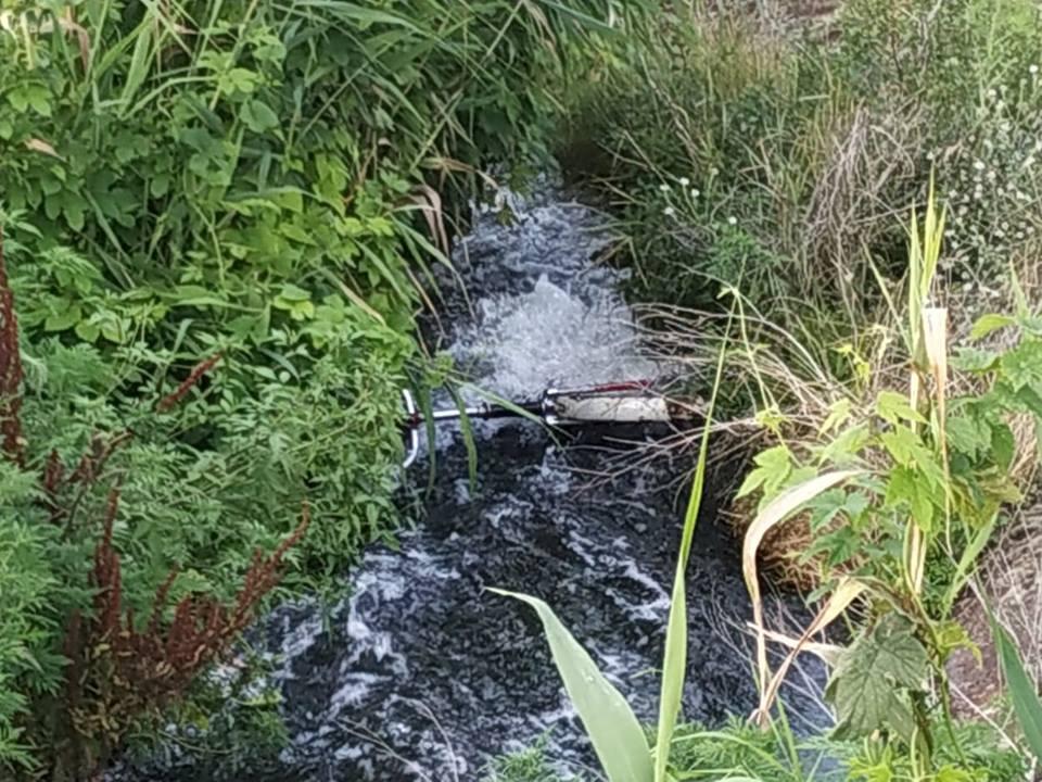 В узкой канаве застрял велосипед погибшего