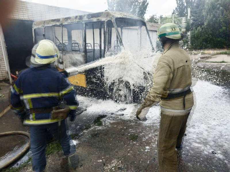 Автобус выгорел дотла