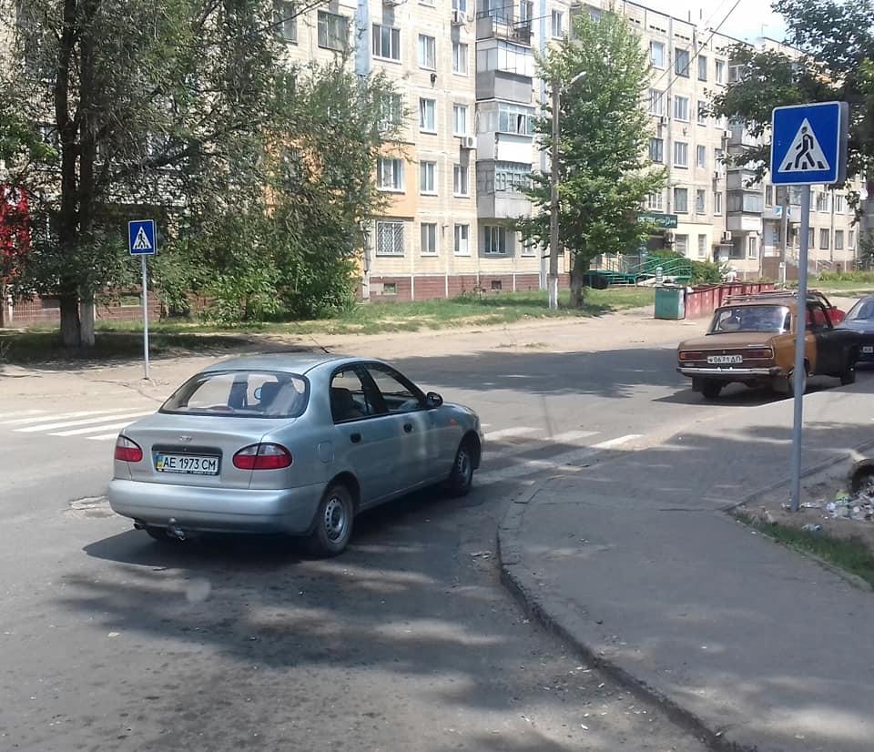 Автомобиль Lanos припаркован перед пешеходным переходом