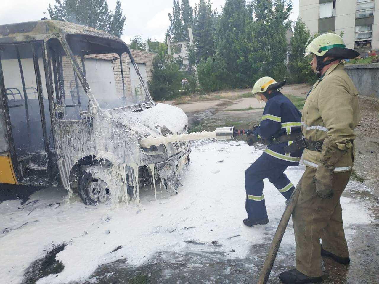 В Марганце загорелся автобус