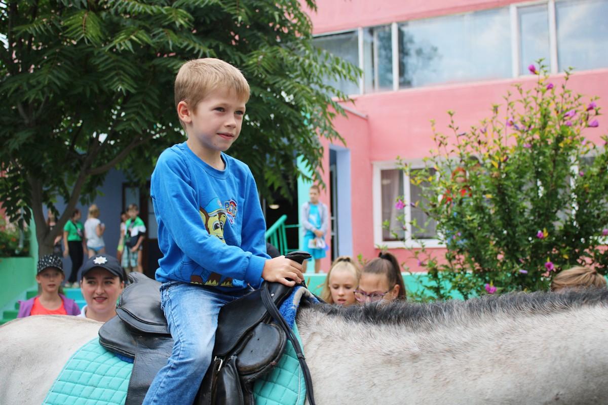 Катание на лошади организовала детская полиция