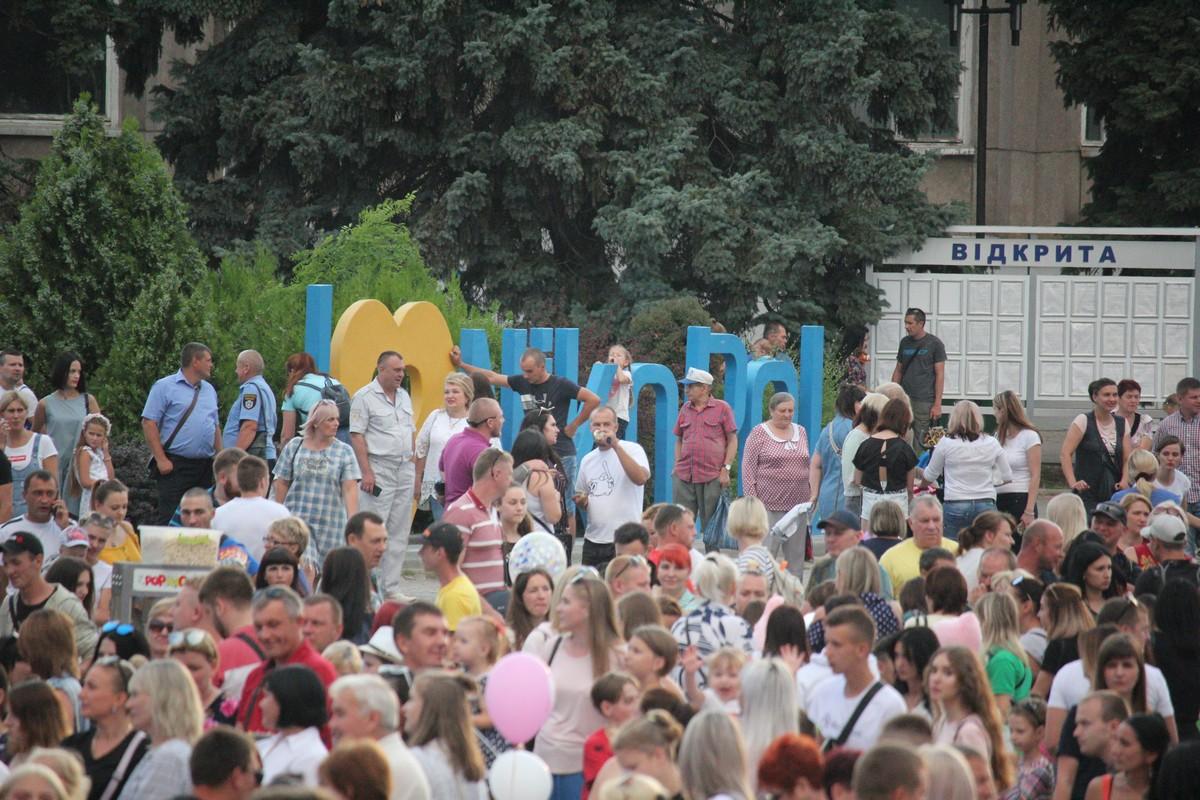 В толпе можно разглядеть знакомые лица