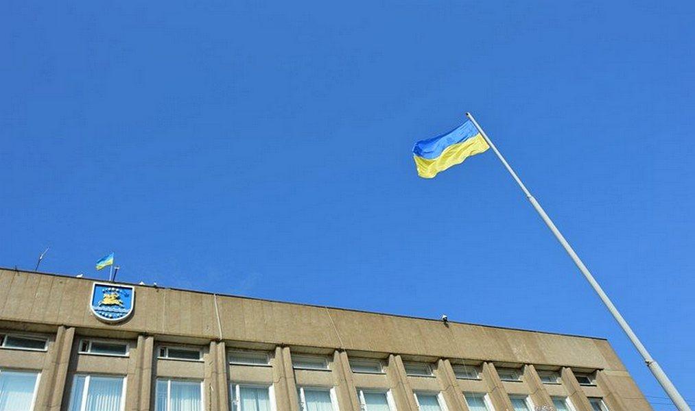 Возле главного здания Никополя взвился флаг Украины