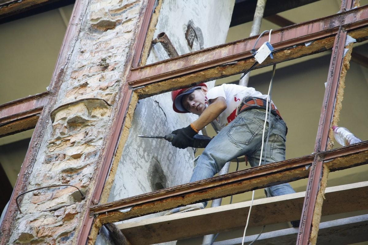 Проводят замену больших витражных окон