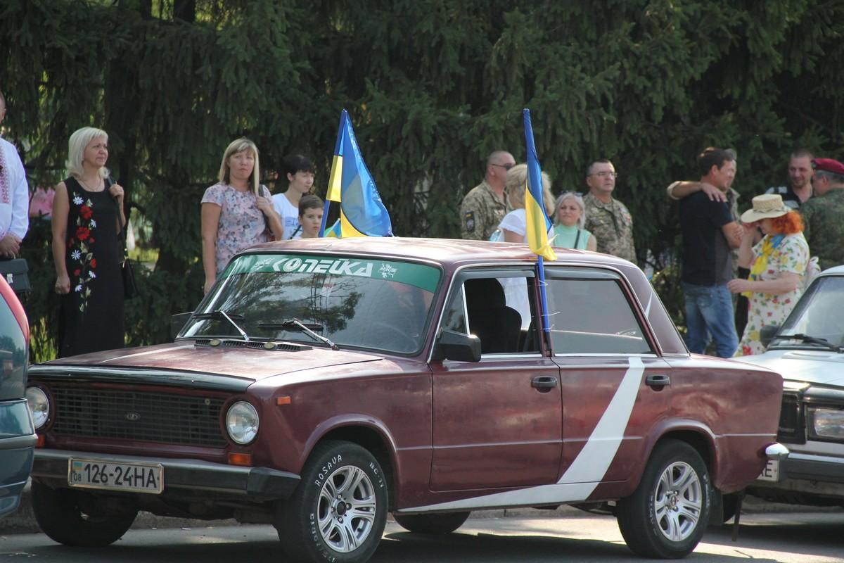 Активная молодежь города на автомобилях украшенных флагами