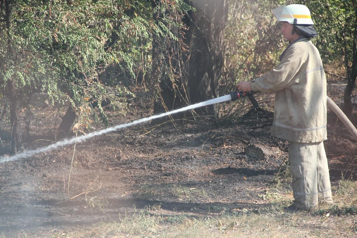 Спасатели борются с огнем больше двух часов