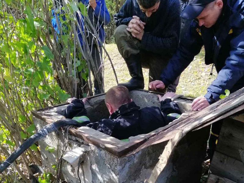 4 спасателя помогли выбраться из колодца пенсионеру