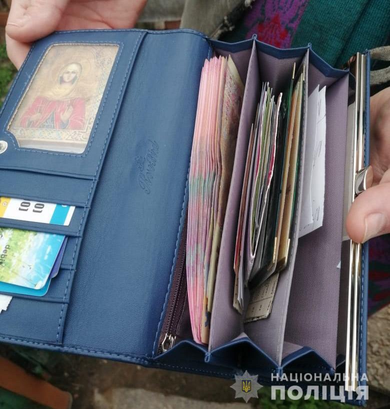 В Никополе полицейские задержали 61-летнюю женщину, которая украла кошелек с деньгами