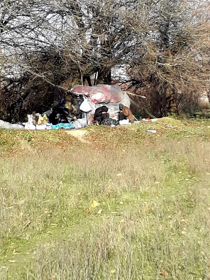 В Никополе бездомные живут в самодельном шалаше из целлофана и веток