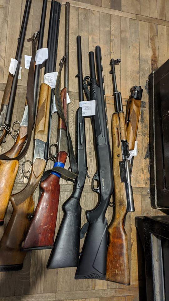 В полицию Никополя принесли охотничье оружие, газовые пистолеты и гранату