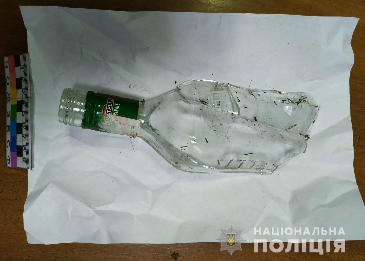 В Никополе 51-летний мужчина напал на женщину и ударил её бутылкой по голове