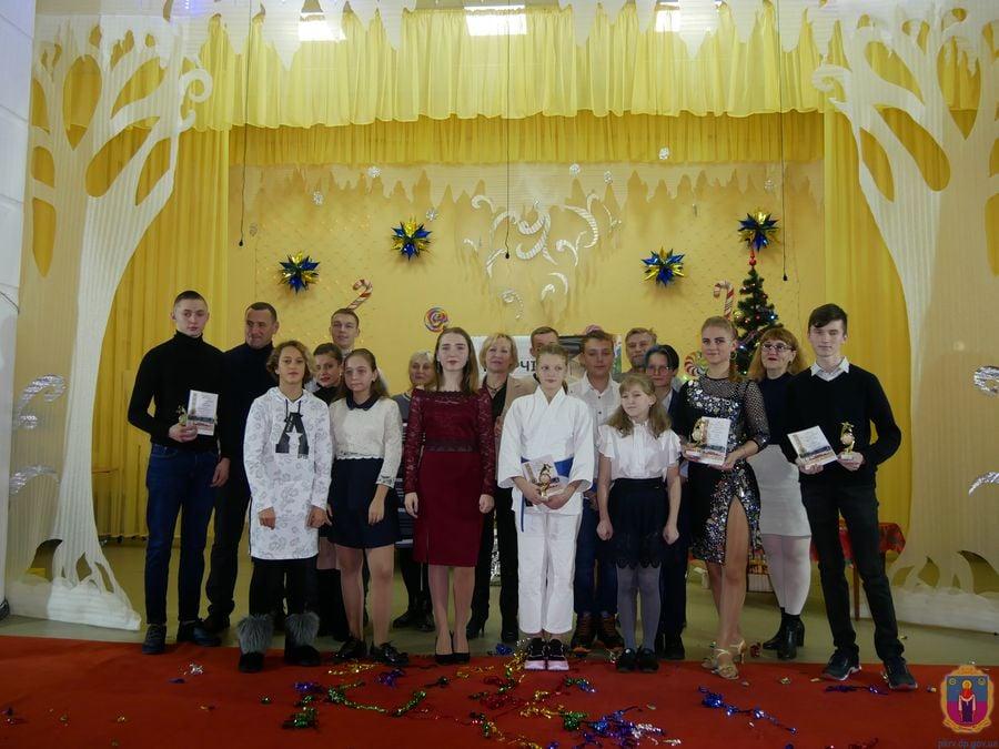 Одиннадцать лучших получили по 4000 гривен