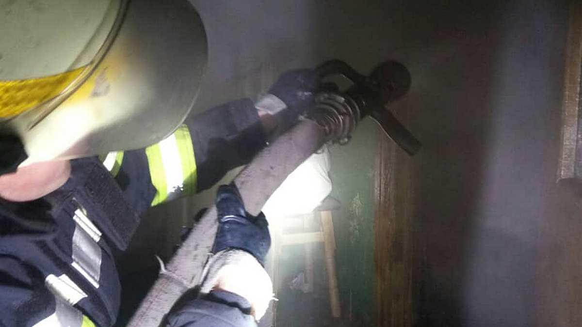У Нікополі врятували жінку з пожежі
