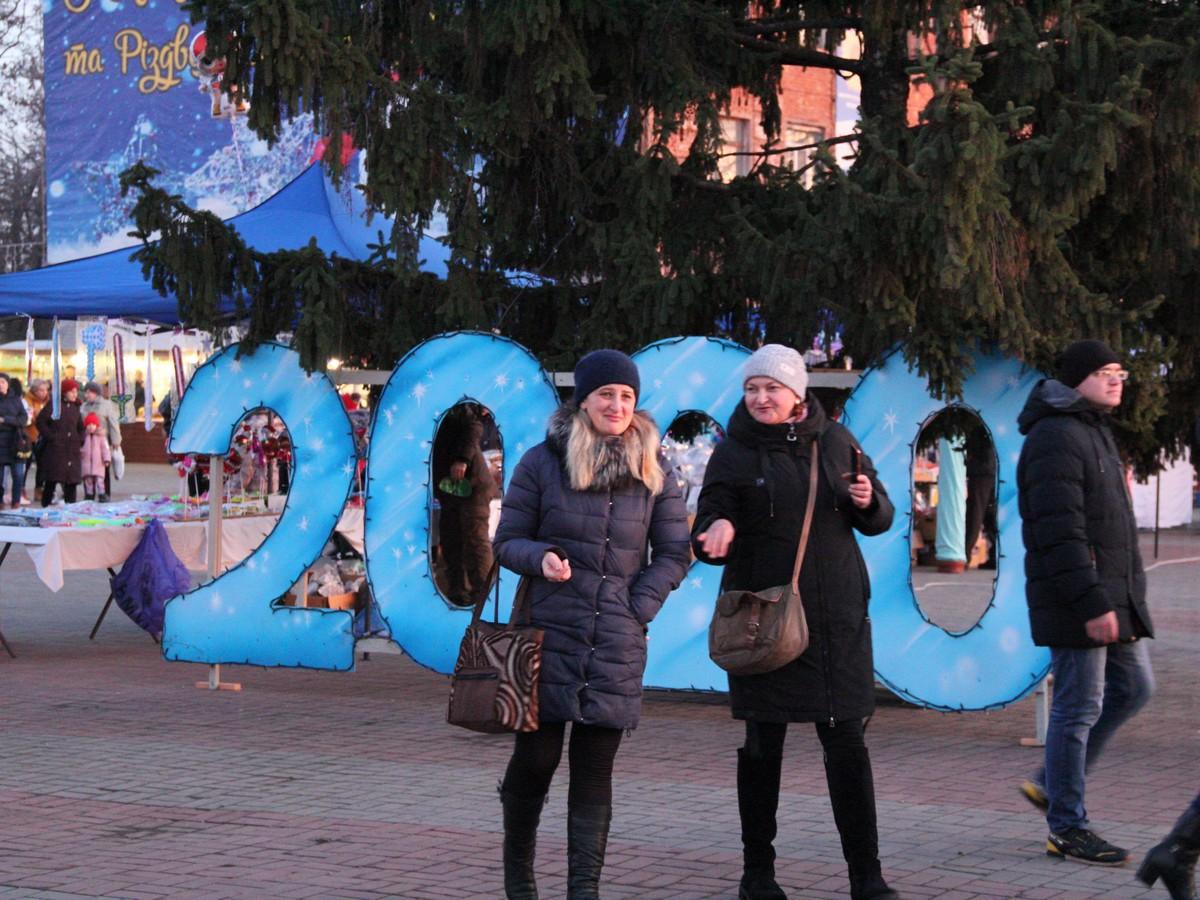 Палає святкова ялинка у центрі Нікополя