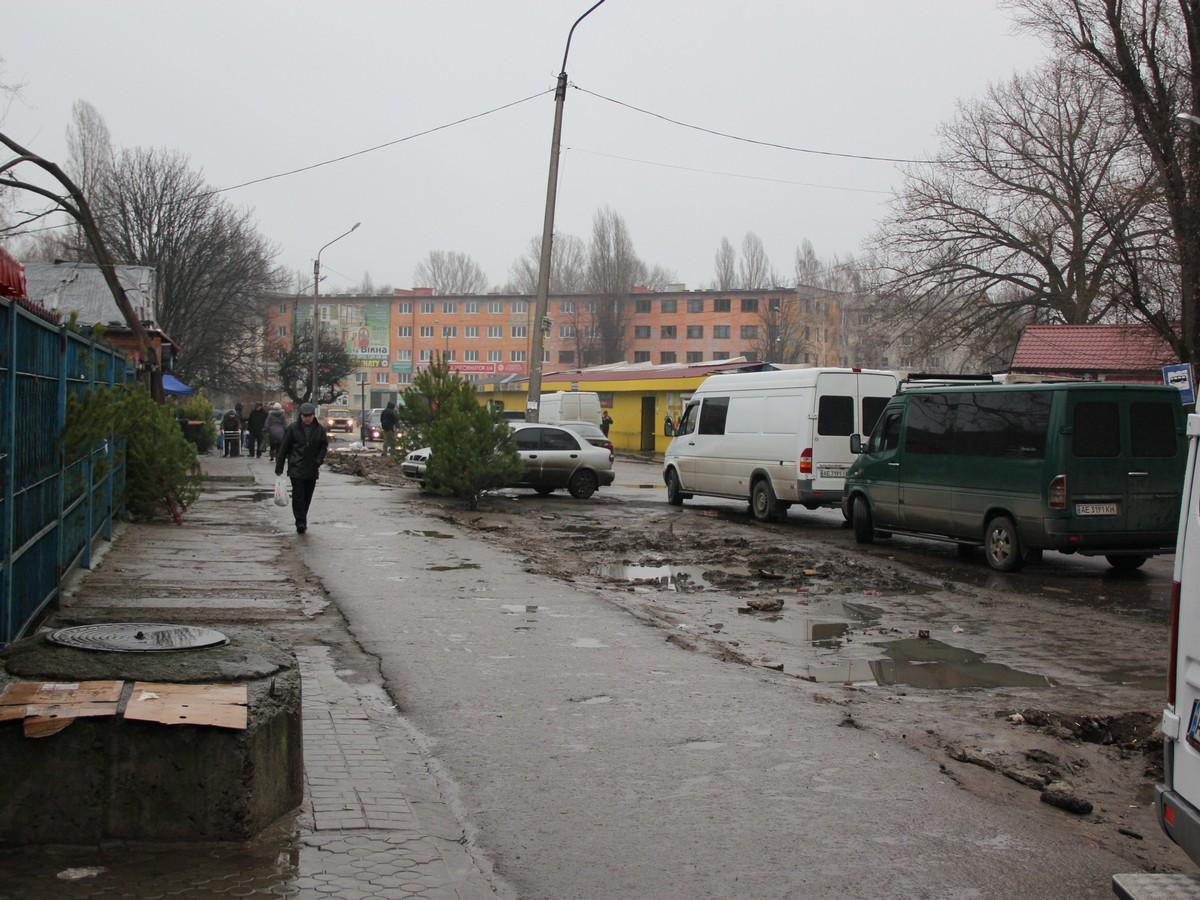 У Нікополі порізали дерева на ринку