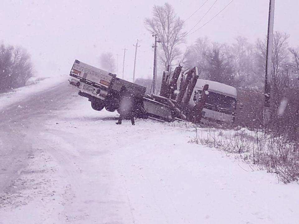 На трассе Никополь-Днепр перевернулся грузовик