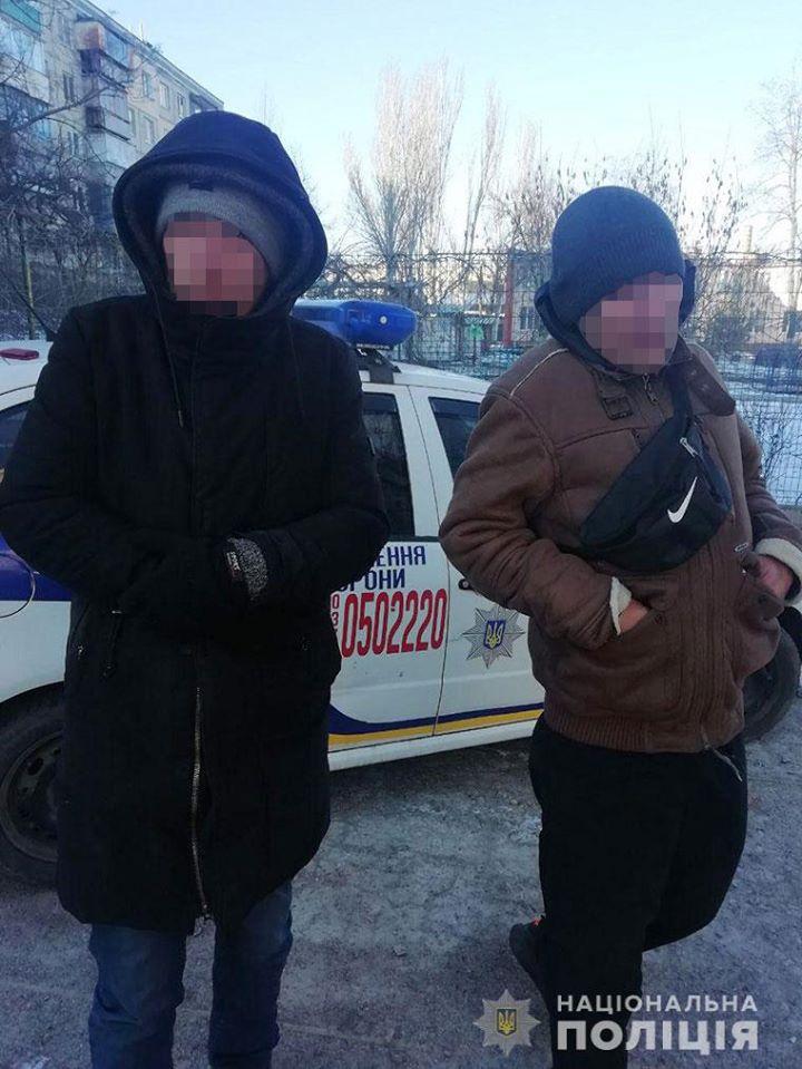 В Никополе на улице Электрометаллургов двое мужчин отобрали у пенсионерки телефон