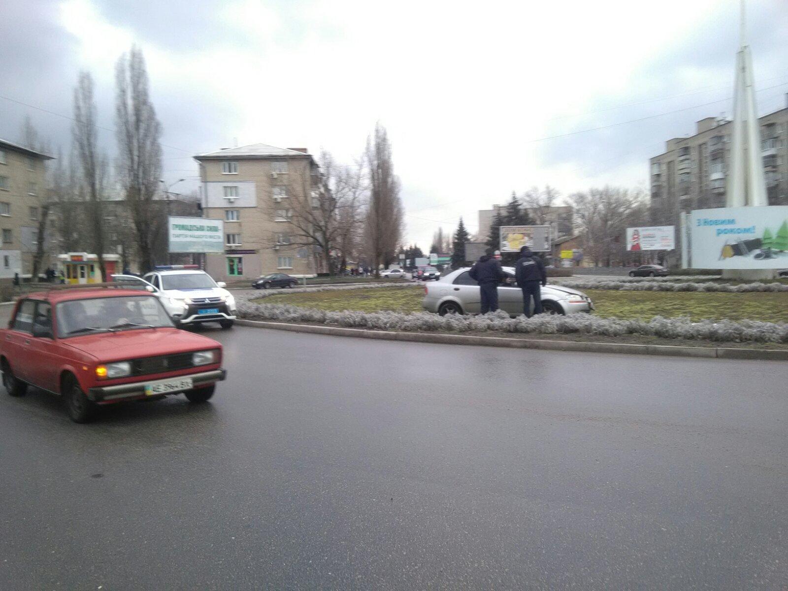 В Никополе в результате ДТП автомобиль Chevrolet Aveo вылетел на газон